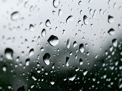 ウインドウを伝う雨の雫