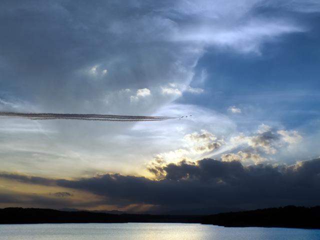 多摩湖上を飛ぶブルーインパルス